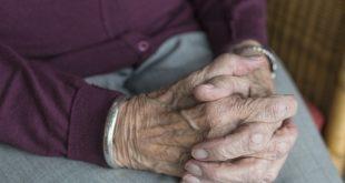 mãos de idoso, que toma antidepressivos, juntas, em foco