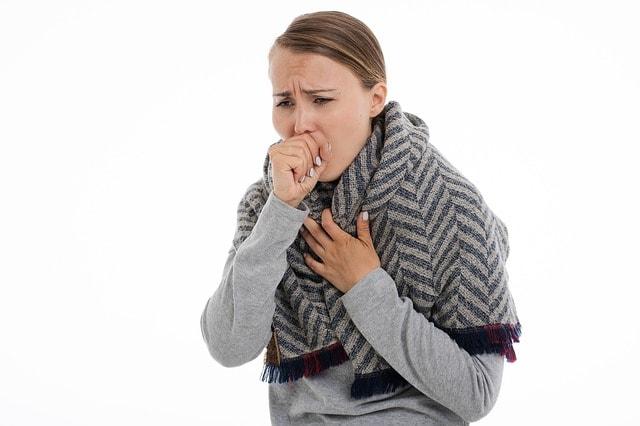 mulher com quadro de tosse crônica