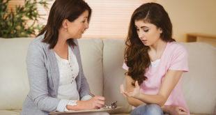 terapeuta conversando com paciente com transtorno de estresse pós-traumático