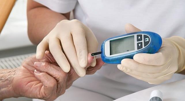medica verificando glicose de paciente com pre-diabetes