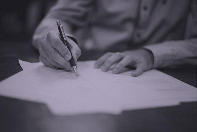 homem escrevendo seu currículo médico
