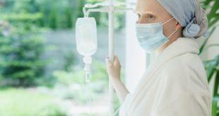 mulher com câncer de mama olhando pela janela