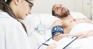 médica avaliando paciente em emergência por crise hipertensiva