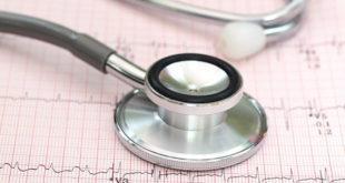 estetoscópio em cima de uma folha de eletrocardiograma representando o choque cardiogênico