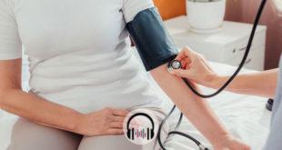 médico aferindo pressão de paciente idosa com crise hipertensiva