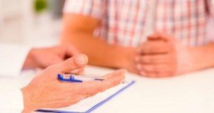 médico orientando homem com hiperplasia prostatia benigna; mãos em foco