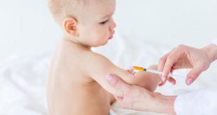 bebê sentado pronto para receber vacina de uma médica