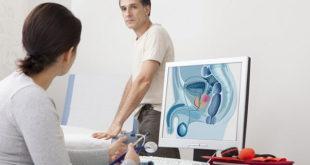 médica atendendo paciente com suspeita de câncer de próstata, para realização de exame de próstata