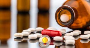 medicamentos antidiabéticos jogados na mesa com o vidro deitado