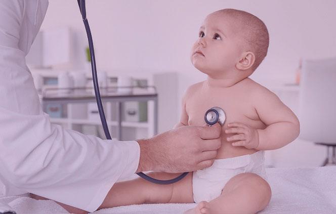 bebê sendo auscultado pelo médico no mês da prematuridade