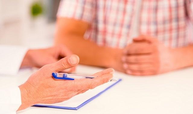 médico indicando reposição de testosterona a paciente masculino