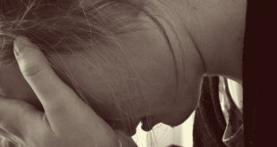 mulher com as mãos na cabeça por depressão por zika