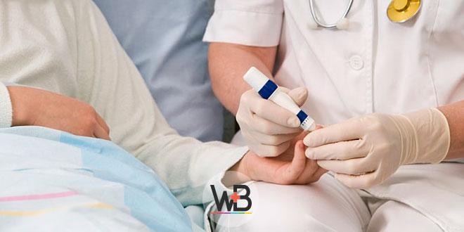 enfermeiro medindo glicose de paciente hospitalizado para prevenir hiperglicemia hospitalar