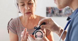 médico medindo glicose de paciente idosa para controle glicêmico