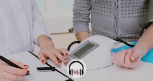 médica aferindo pressão arterial em paciente com hipertensão noturna