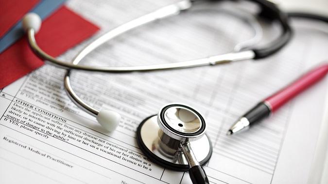 estetoscópio em cima de prontuário de paciente com urticária crônica espontânea