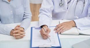 médico realizando consulta médica, explicando detalhes para a paciente mulher ao seu lado