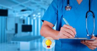 enfermeiro tomando notas de ações que deve fazer na dispneia