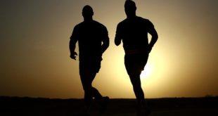 homens com sobrepeso correndo ao pôr do sol, fazendo exercício físico