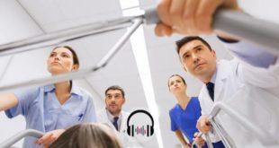 médicos levando paciente com status epiléptico para emergência em maca