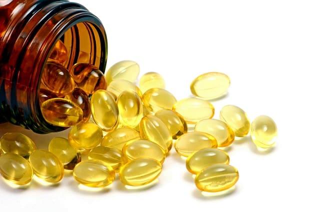 novo medicamento de óleo de peixe para prevenção cardiovascular. Cápsulas jogadas na mesa.