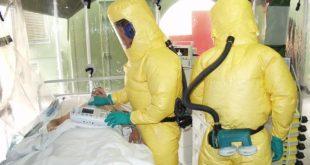 médicos em isolamento de paciente com ebola, consultando o paciente