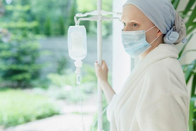 paciente com câncer de tireoide fazendo quimioterapia olhando pela janela