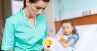 enfermeira vendo prontuário de paciente criança com hepatoblastoma