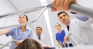 médico e enfermeiros levando maca com paciente com sepse para a internação