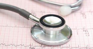 estetoscópio de cardiologia em cima de eletrocardiograma, em foco