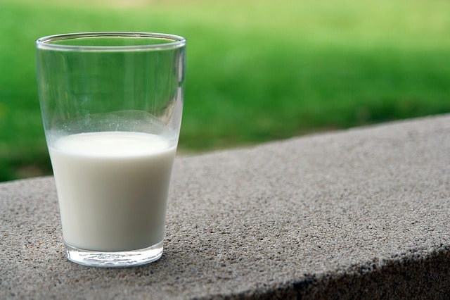 copo de leite em cima de uma mureta, de paciente que possui intolerância à lactose