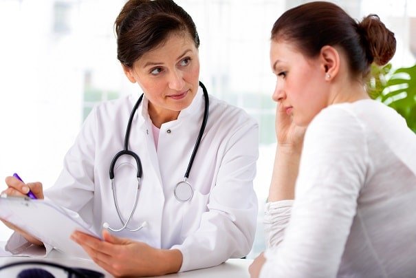 médica mostrando para paciente com enxaqueca as opções profiláticas para enxaqueca