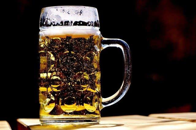 copo de cerveja relacionando o álcool à cirrose