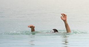 afogamento: mãos para cima de homem afogado no mar