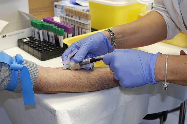 enfermeiro tirando sangue de paciente em laboratório para hemograma