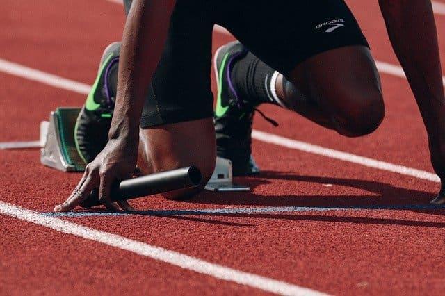 pés de homem corredor, preparado para dar a largada, com possibilidade de sentir cãibras