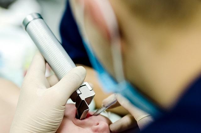 médico realizando intubação endotraqueal em criança