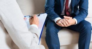 homem com hipertensão pulmonar em sessão com psicólogo
