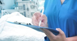 médica em centro de terapia intensiva anotando informações em prontuário de paciente de intubação endotraqueal em pediatria