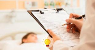 paciente internado com mucosite ao fundo, prontuário médico em foco