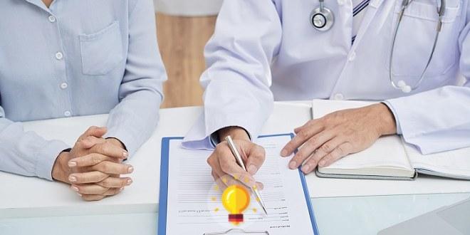 médico mostrando prontuário para mulher com herpes genital