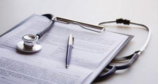prontuário médico de paciente com bacteremia e estetoscópio