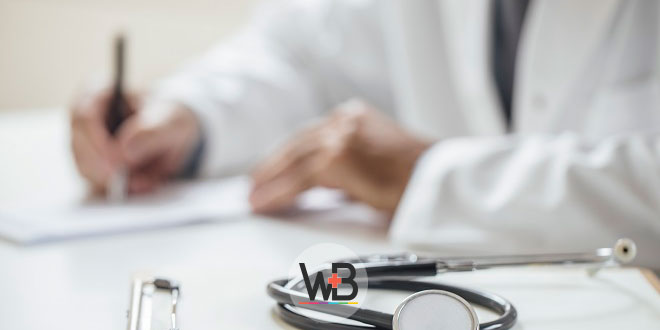 médico escrevendo em prontuário sobre doença de lyme
