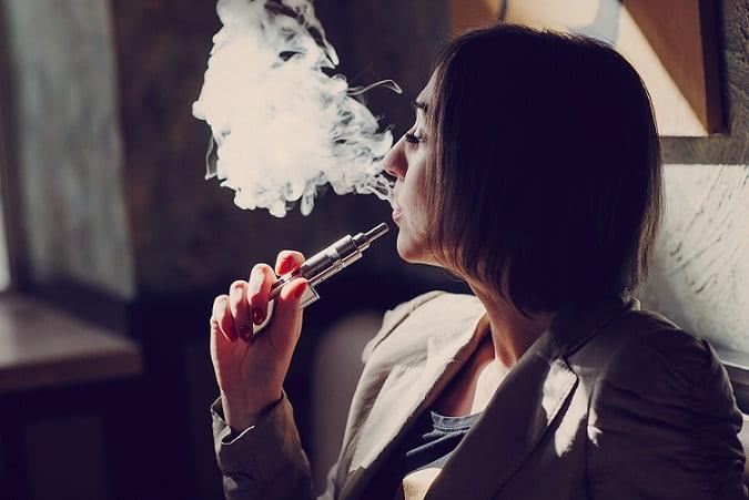 mulher fumando cigarro eletrônico, vape