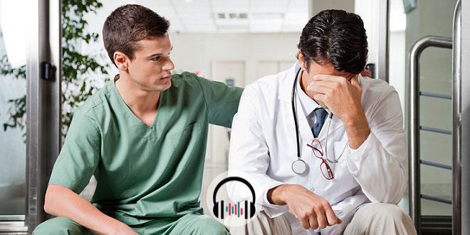 residente consolando médico com burnout