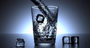 copo cheio de água representando os problemas com água que estão causando diarreia
