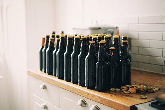 cervejas sem rótulos, em cima de bancada, possíveis causadoras de intoxicação por dietilenoglicol