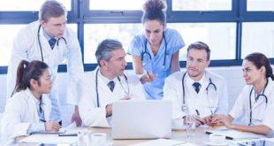 médicos reunidos sobre bem-estar médico