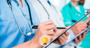 enfermeiros e médicos anotando sobre diarreia