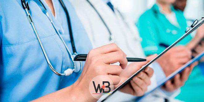 médicos anotando sobre intoxicação por dietilenoglicol
